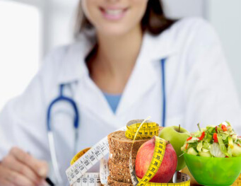 This image contains a doctor and fruits which define healthy, tranceformfitness.com a leading gym and fitness club in Pune